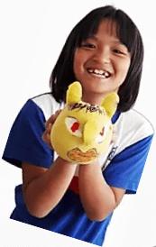 小女孩穿著訂製班服,滿意的笑容